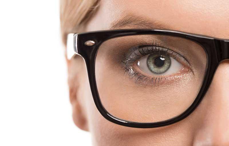 шминкање со наочари нагласени веѓи