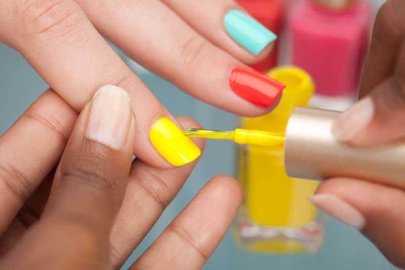 лакирање на нокти